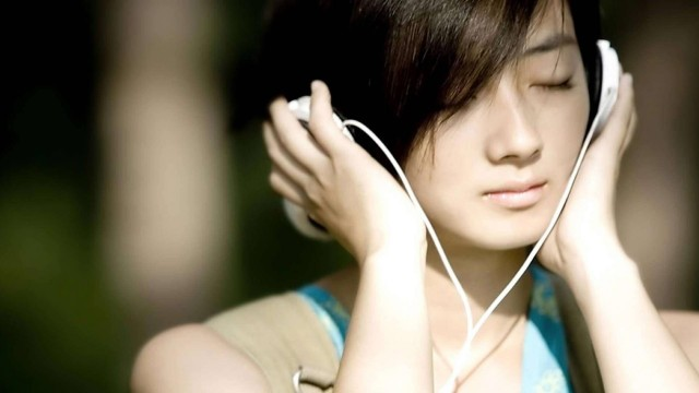 Girl-Headphones-Wallpaper-640x360